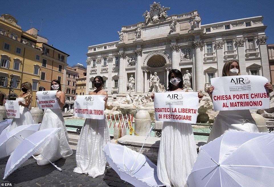 بالصور: عرائس إيطاليا غاضبات… تظاهرن بفساتينهن احتجاجاً على تأجيل حفلات الزفاف