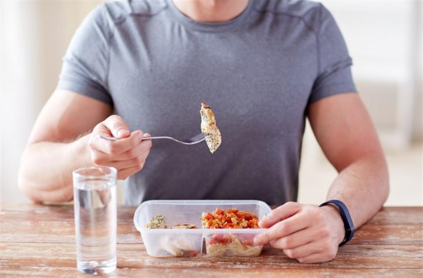 شرب الماء أثناء تناول الطعام.. صحي ومفيد أم يسبب الكرش؟