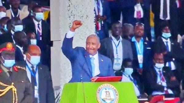 بالفيديو.. رئيس المجلس السيادي السودانيّ يغنّي أمام الآلاف