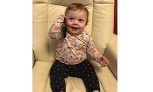 فيديو مضحك... طفلة تقلّد أهلها عندما رنّ الهاتف فجأة!