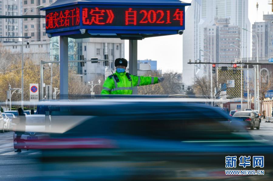 عمال صينيون يثابرون على أداء الواجب رغم الأجواء الباردة