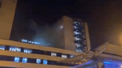بالفيديو: مصاب بكورونا يحرق المستشفى الذي يعالجه