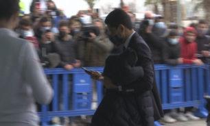 جماهير برشلونة تهاجم القطري الخليفي لحظة وصوله للمدينة