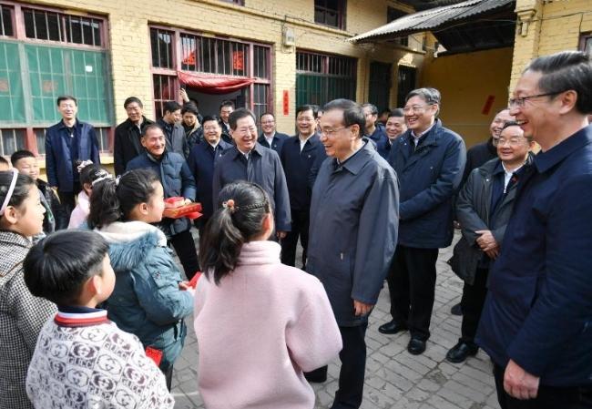 رئيس مجلس الدولة الصيني يشدد على بذل جهود لتحقيق الفائدة للشعب