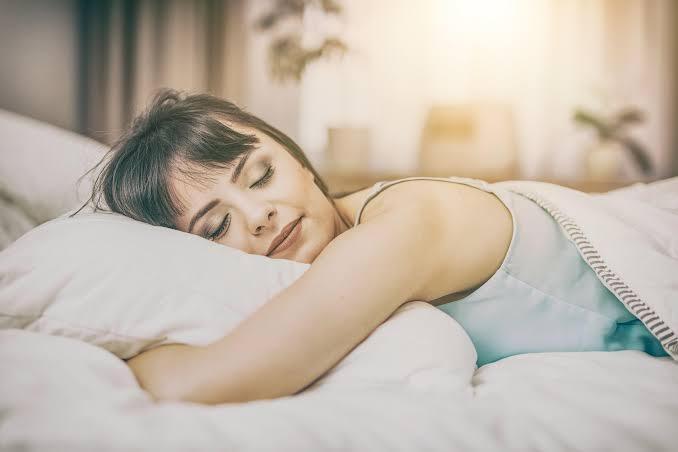 4 عادات تدمر البشرة.. من النوم إلى الماكياج
