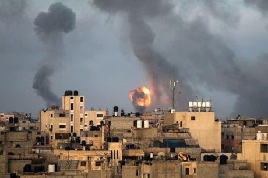 صواريخ فلسطينية باتجاه إسرائيل وضربات إسرائيلية على غزة