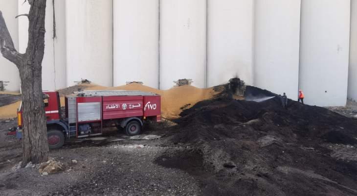 فوج الاطفاء أخمد نيراناً اشتعلت في بعض مخلفات القمح في مرفأ بيروت