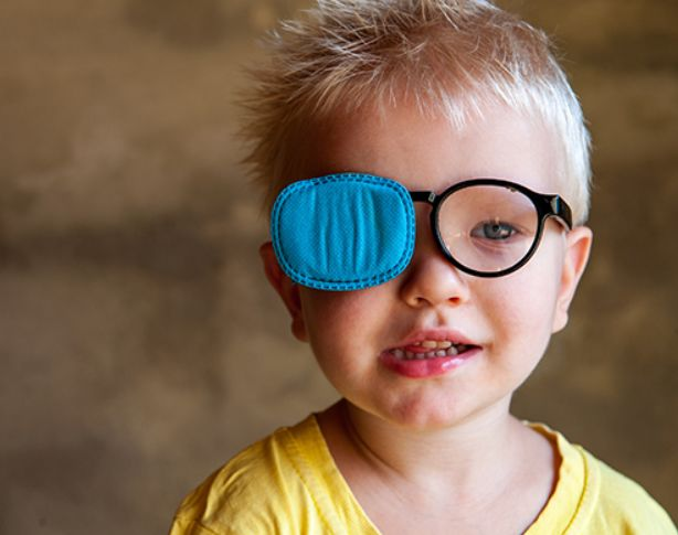 """سبب """"العين الكسولة"""" عند الأطفال الأقل من 3 سنوات"""